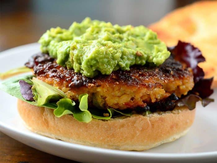 La quinoa puede ser empleada para hacer deliciosas hamburguesas