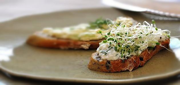 Sándwich de tofu con mayonesa y hierbas frescas
